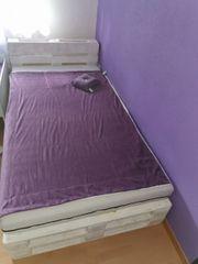 Bett aus Paletten mit Matratze