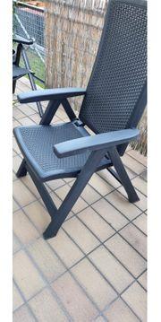 2 schwarze Gartenstühle aus Kunststoff