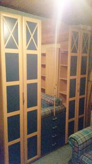 Kleiderschrank mit Falttüren und Spiegel