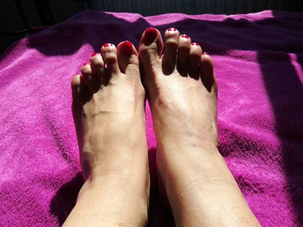 Stinkende Füße einer älteren Reiter-Dame