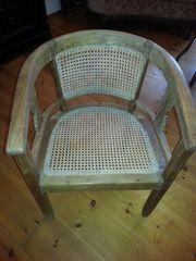 alter Holzstuhl mit sehr schönem