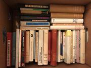 3 Bücherkisten mit unterschiedlichen Titeln