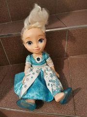 Elsa Puppe singend