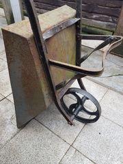 Antike Schubkarre mit Gußrad für