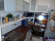 Kleine Küche mit ober und