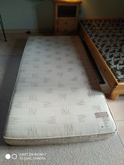 Bett mit Rost und Matratze
