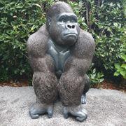 Großer Gorilla sitzt auf der