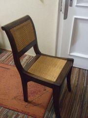 Stuhl aus Holz mit Geflecht