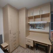 Tischler angefertigter Schrank mit Schreibtisch