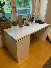 Schreibtisch in weiß mit LED