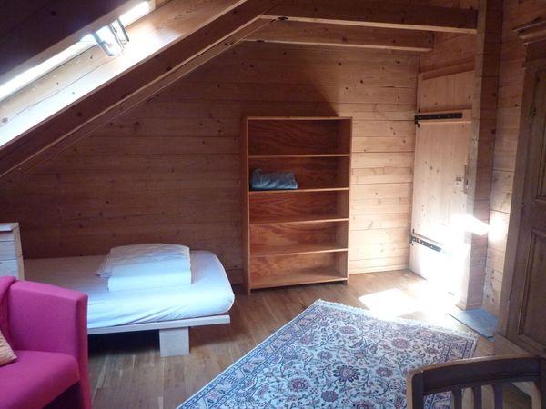 Möbliertes Zimmer in Bio-Holzhaus ab