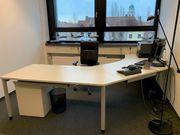 Heller Schreibtisch und bequemer Lederstuhl