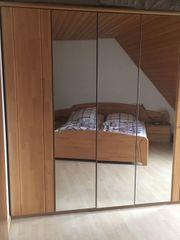 Schlafzimmerschrank und Doppelbett mit Lattenrost
