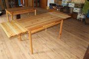 Holztisch und Stühle