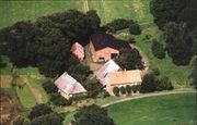 Schönes Bauernhaus innerhalb eines Hofes