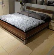 Bett mit zwei Nachtkonsolen