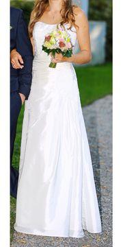 Wunderschönes schlichtes Hochzeitskleid