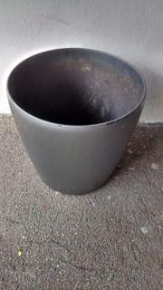 Grosser Blumentopf dunkel grau Kunstoff