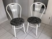 Zwei schöne gepolsterte Bistro Stühle