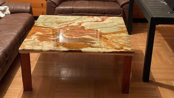 Wohnzimmer-Couchtisch mit Onyxsteinplatte und Teakholtz