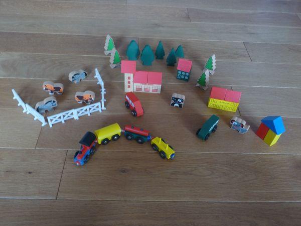 Holz-Lokomotive sowie Häuser Bäumen Tiere
