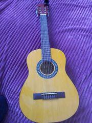 Gitarre mit Rucksacktasche und Stimmgerät
