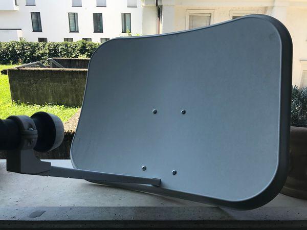 Satelietenschüssel rechteckig mit LNB und