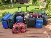 10 Koffer und eine Reisetasche