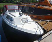 Kajütboot Sportboot Angelboot mit Straßen