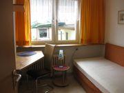 Ruhiges möbliertes Zimmer mit Küche