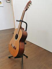 Konzertgitarre 1 2 mit Ständer