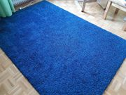 Flauschiger blauer Ikea-Teppich