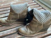 Graue Stiefel mit Strick Socken