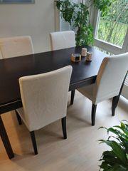 Schwarzer Tisch und 4 Stühle