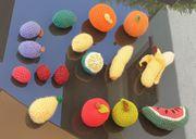 Liebevoll gehäkeltes Obst als Kinderküche