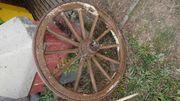 Massives Wagenrad aus Holz und