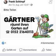 Gärtner räumt ihren Garten auf