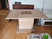 Bequeme Sitzbank mit Tisch zu