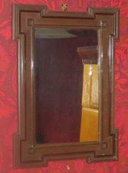 alter Spiegel mit Holzrahmen