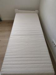 Bettgestell Holz mit Matratze und