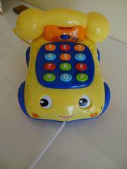 Kindertelefon zum Nachziehen sprechend