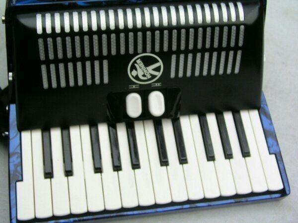 schönes blaues Akkordeon Hohner Bravo