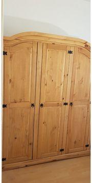Kleiderschrank aus Kieferholz