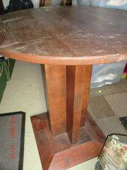 rundes altes Holztischchen