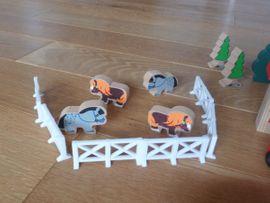 Holzspielzeug - Holz-Lokomotive sowie Häuser Bäumen Tiere