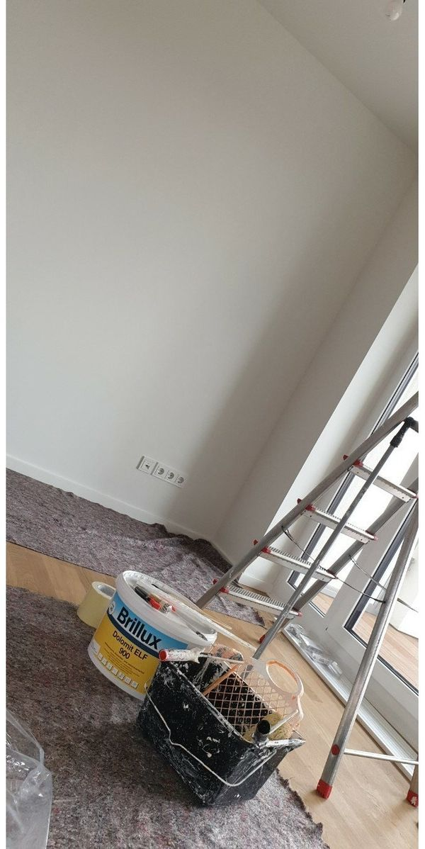 Maler streicht neue Farben an