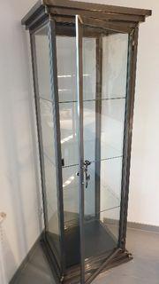 Vitrine mit Glas und Stahl