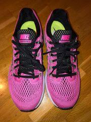 Biete nagelneue Nike Schuhe ungetragen