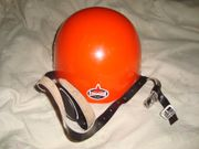 oranger berg- und kletterhelm mit