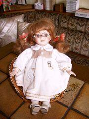 Puppe im Pfauenstuhl